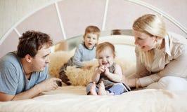 Glückliche Familie zu Hause Lizenzfreie Stockfotografie