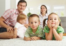 Glückliche Familie zu Hause Stockfoto