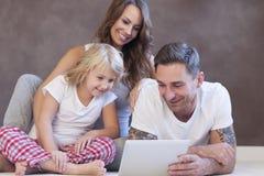 Glückliche Familie zu Hause Stockfotos