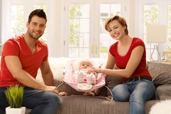 Glückliche Familie zu Hause lizenzfreie stockbilder