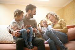 Glückliche Familie zu Hause, die zusammen Zeit und das Spielen aufwendet familie Lizenzfreies Stockfoto