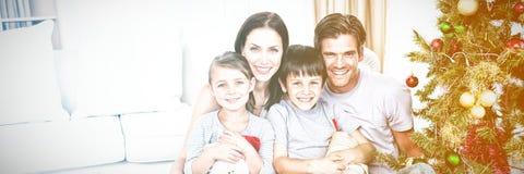 Glückliche Familie zur Weihnachtszeit, die viele Geschenke hält lizenzfreies stockbild