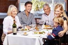 Glückliche Familie zusammen Stockfotos