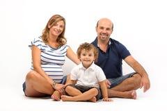 Glückliche Familie zusammen mit schwangerer Frau lizenzfreie stockfotografie