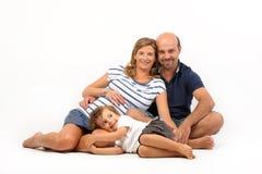 Glückliche Familie zusammen mit schwangerer Frau lizenzfreie stockfotos