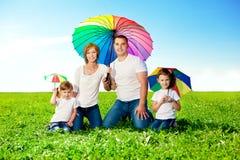 Glückliche Familie zusammen Park im im Freien am sonnigen Tag. Mutter, Vati lizenzfreies stockbild