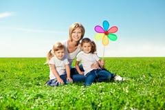Glückliche Familie zusammen Park im im Freien am sonnigen Tag. Mutter zwei dau stockbild