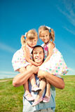 Glückliche Familie zusammen Park im im Freien am sonnigen Tag. Vati und zwei stockfoto