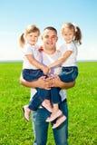 Glückliche Familie zusammen Park im im Freien am sonnigen Tag. Vati und zwei lizenzfreie stockfotos