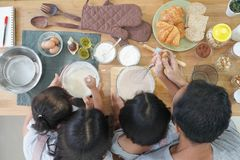Glückliche Familienasiatsköche in der Küche Stockfotos