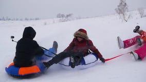 Glückliche Familienfahrten und lächelndes snowtube auf schneebedeckte Straßen Langsame Bewegung Schneewinterlandschaft Draußen Sp stock video footage
