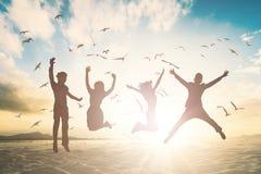 Glückliche Familiengruppe springen auf schönes Hintergrundkonzept für sich entspannen Lebensstil lizenzfreie stockbilder