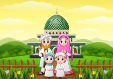 Glückliche Familienkarikaturen feiern für eid Mubarak mit Moschee im Wald vektor abbildung