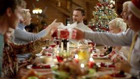 Glückliche Familienmitglieder, die Geschenke auf Weihnachten austauschen stock video footage