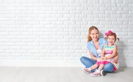 Glückliche Familienmutter des Konzeptes und Babytochter, Mädchen am leeren Br lizenzfreie stockfotos