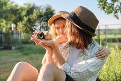 Glückliche Familienmutter mit Tochter in der Natur, Frau, die kleine neugeborene Babyküken in den Händen, Bauernhof, rustikale Ar lizenzfreie stockfotos
