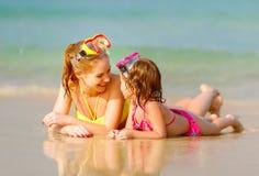 Glückliche Familienmutter und chid Tochter in den Masken auf Strand im summe Lizenzfreies Stockbild