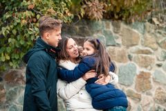 Glückliche Familienmutter und -kinder gehen in Park stockfoto