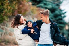 Glückliche Familienmutter und -kinder haben Spaß im Park lizenzfreie stockfotos