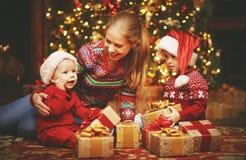 Glückliche Familienmutter und -kinder mit Weihnachtsgeschenk Stockfoto