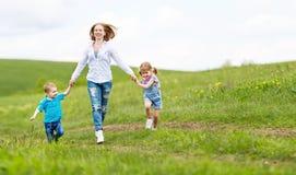 Glückliche Familienmutter und Kinder Tochter und Sohnlachen und r Stockfoto