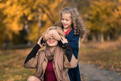 Glückliche Familienmutter und Kindertochter auf Herbst gehen lizenzfreie stockbilder