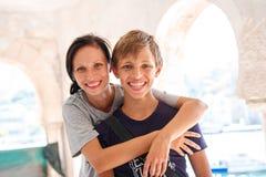 Glückliche Familienmutter und -sohn lächeln in den Armen lizenzfreies stockfoto
