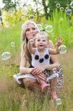 Glückliche Familienmutter und -tochter auf Natur Stockfoto