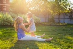 Glückliche Familienmutter und -tochter, die im Sommer auf der Natur umarmt Lizenzfreies Stockfoto