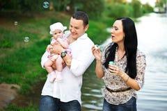 Glückliche Familienmutter, Vater, Kindertochter stockfotografie