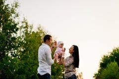 Glückliche Familienmutter, Vater, Kindertochter stockbilder