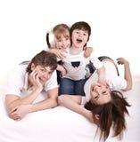 Glückliche Familienmutter, -vater, -tochter und -sohn. Lizenzfreies Stockbild