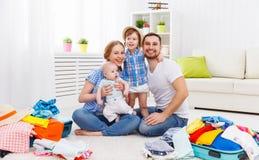 Glückliche Familienmutter, Vater und zwei Kinder verpackten Koffer FO Lizenzfreie Stockfotografie