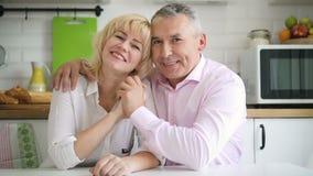 Glückliche Familienpaare im Ruhestand im gemütlichen Kücheninnenraum stock footage