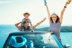 Glückliche Familienreise mit dem Auto zum Meer Lizenzfreie Stockbilder