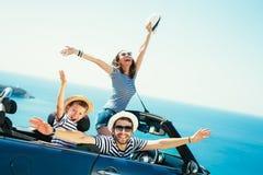 Glückliche Familienreise mit dem Auto zum Meer Lizenzfreie Stockfotografie