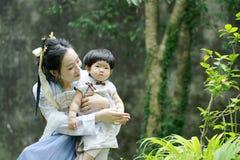 Glückliche Familienzeit, Chinesin in Hanfu-Kleid mit Baby Stockbilder