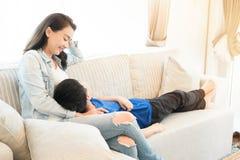 Glückliche Familienzeit Mutter und Sohn, die im Wohnzimmer sich entspannen lizenzfreies stockfoto