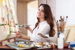 Glückliche Farben der jungen Frau auf Segeltuch Lizenzfreie Stockbilder
