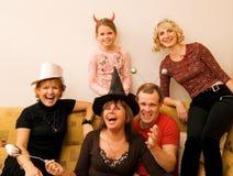 Glückliche feiernde Familie Lizenzfreie Stockfotos