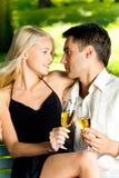 Glückliche feiernde Paare Lizenzfreies Stockfoto