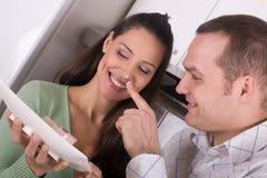 Glückliche feiernde Paare Stockbilder
