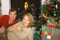 Glückliche Feiertagspaare lizenzfreies stockbild