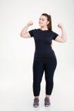 Glückliche fette Frau, die ihr Bizeps zeigt lizenzfreie stockfotos