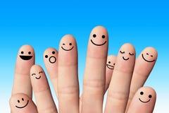 Glückliche Finger auf blauem Hintergrund. Freundschaftskonzept. lizenzfreie stockfotos