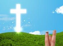 Glückliche Fingersmiley mit christlichem Religionskreuz Stockbild