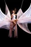 Glückliche Fliege der jungen Frau der Schönheit auf Seilschwingen Stockbild
