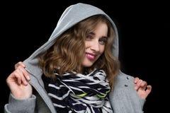 Glückliche flirtend Frau in einer mit Kapuze Jacke Stockfotografie