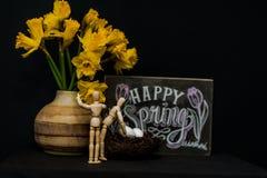 Glückliche Frühling Ostereier mit zwei Mannequins lizenzfreie stockfotos