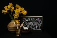 Glückliche Frühling Ostereier mit zwei Mannequins Lizenzfreie Stockbilder